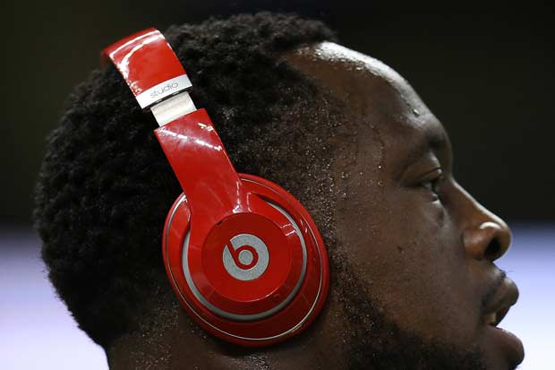 nfl players won t be able to wear beats headphones sporty insider. Black Bedroom Furniture Sets. Home Design Ideas